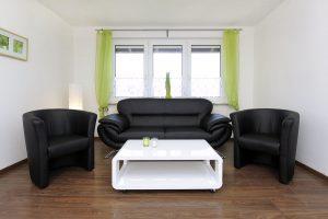 Couchgarnitur vor dem Fenster